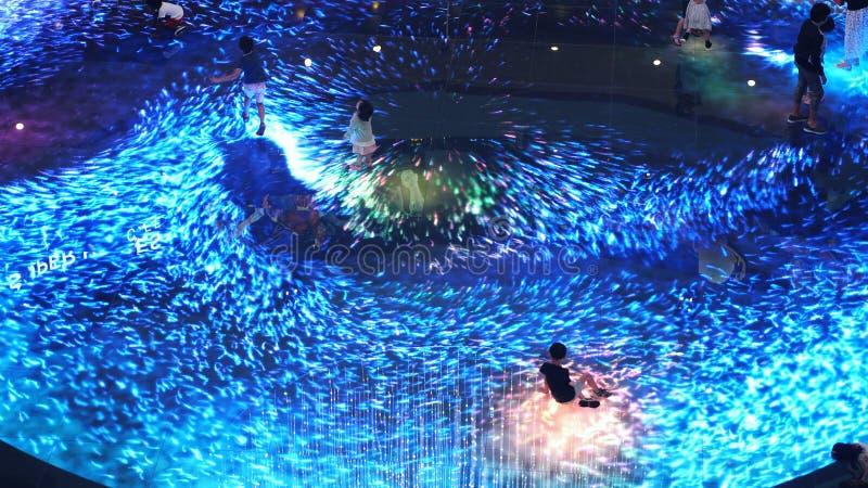 Singapur, 26 2018 Maj Duży ekran zwiększający rzeczywistości doświadczenie na podłoga Digital światła kanwa przy Marina zatoki pi obrazy stock