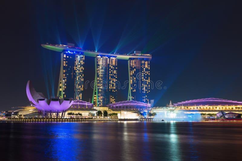 Singapur Marina Bay Sands iluminada por la demostración del laser de la noche foto de archivo libre de regalías