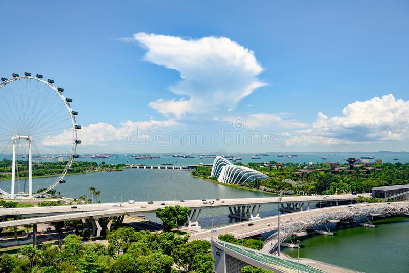 Singapur, Marina Bay, visi?n a?rea con Singapur Fleyer y jardines por la bah?a Jard?n en la ciudad de Singapur con Supertrees imagen de archivo libre de regalías