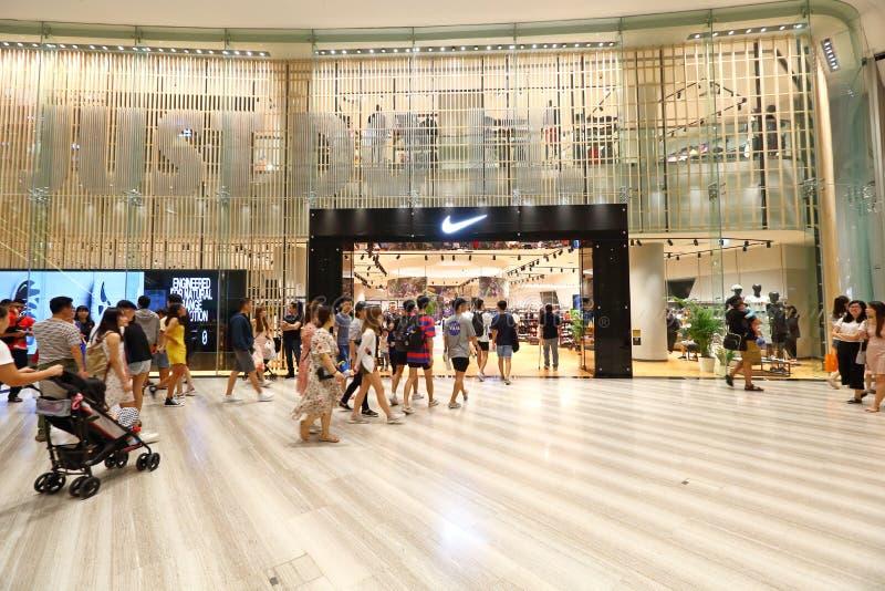 Singapur: Mercado del boutique de la venta al por menor de Nike imagen de archivo