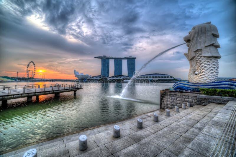 SINGAPUR MERLION AUF SONNENAUFGANG lizenzfreies stockfoto
