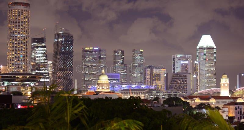Singapur nachts lizenzfreie stockfotos