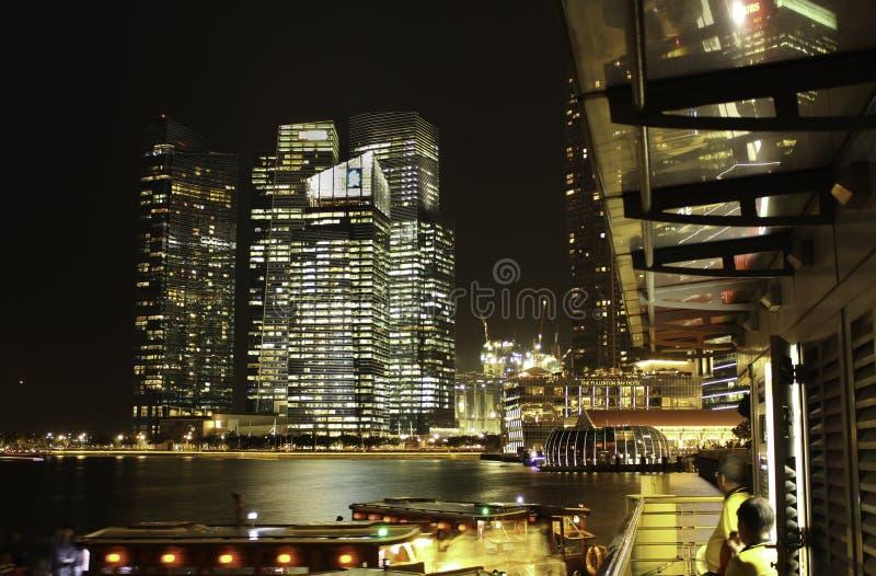 Singapur-Nachtskyline lizenzfreie stockfotos