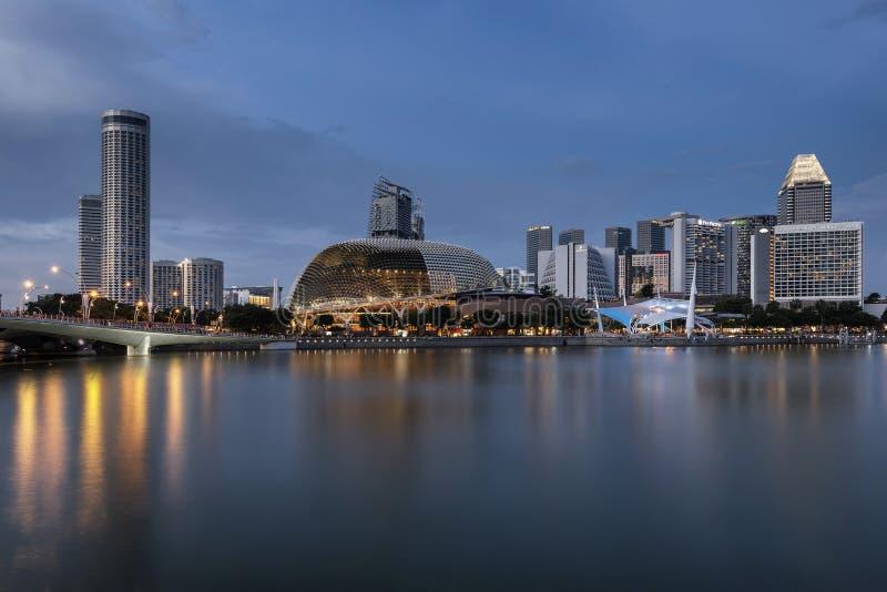 SINGAPUR SINGAPUR, NOV, - 19, 2017: Esplanady filharmonia, Marina zatoka, Singapur obraz royalty free