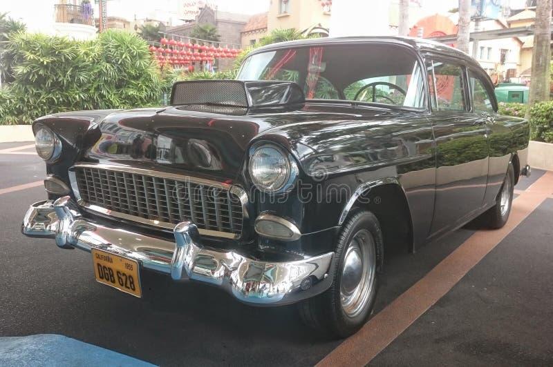 Singapur Otoño 2018 Coches clásicos americanos Automóvil viejo del vintage en la calle Palmas en fondo fotos de archivo libres de regalías