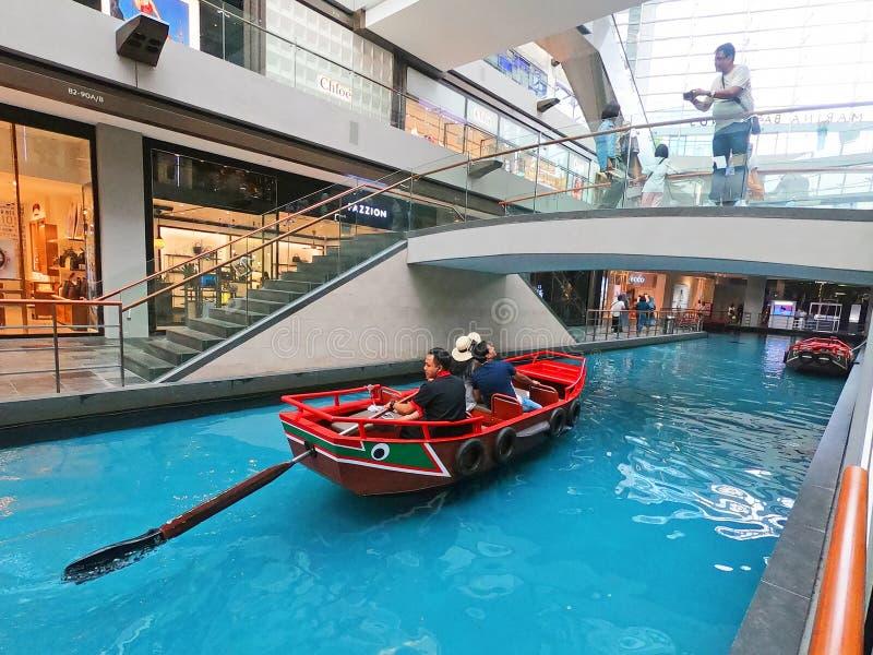 SINGAPUR - 12 2018 Październik: Kanał i łódź przy Shoppes przy Marina zatoki piasków centrum handlowym w Singapur zdjęcia stock