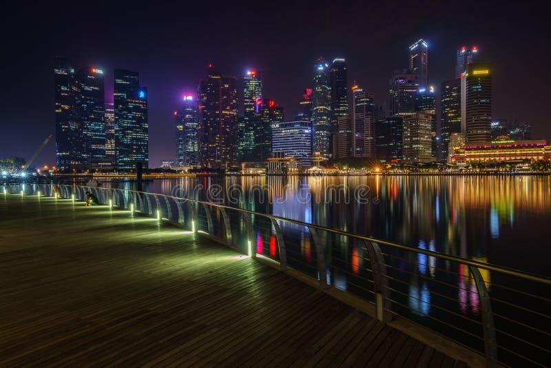 Singapur, Październik - 16, 2018: linia horyzontu skyscapers pieniężny okręg, marina podpalani piaski przy nocą obraz royalty free