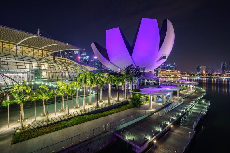 Singapur, Październik - 15, 2018: skyscapers pieniężny okręg od marina zatoki piasków przy nocą obraz royalty free