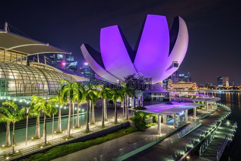 Singapur, Październik - 15, 2018: skyscapers pieniężny okręg od marina zatoki piasków przy nocą fotografia stock