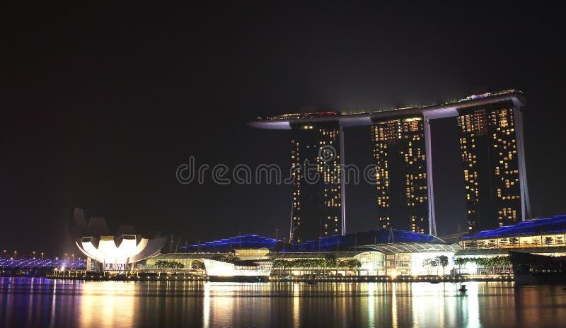 Singapur, Październik 12th 2015 -: Główny widok Marina zatoki piaski Hotelowi w tło nocy obrazy stock
