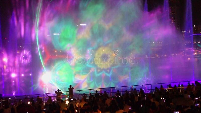 SINGAPUR - 14 Październik, 2018: Zaświeca społeczeństwa za przedstawieniu i Nawadnia «cud Folujący «przy Marina zatoki piaskami p zdjęcia stock