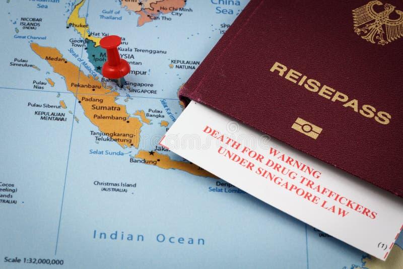 Singapur, pasaporte y tarjeta de la inmigración con la advertencia de la pena de muerte para los traficantes de drogas foto de archivo libre de regalías
