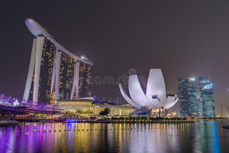 SINGAPUR, SINGAPUR - CIRCA SEPTIEMBRE DE 2015: Luces de la ciudad de Singapur, museo de ArtScience, Marina Bay Sands y puente de  imágenes de archivo libres de regalías