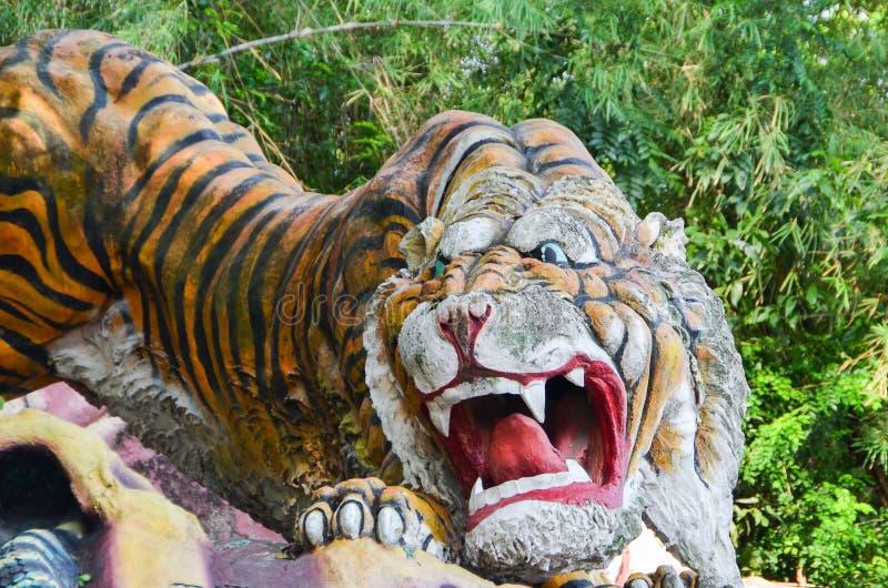 Singapur, Singapur - Październik 4, 2013Old Tygrysia statua w Haw Równej willi uprawia ogródek obrazy royalty free