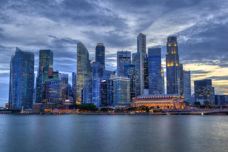 Singapur-Skyline bei Marina Bay During Sunset lizenzfreie stockbilder