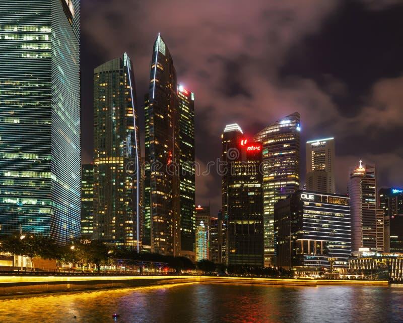 Singapur-Skyline des im Stadtzentrum gelegenen Kernes in Marina Bay nachts lizenzfreies stockbild