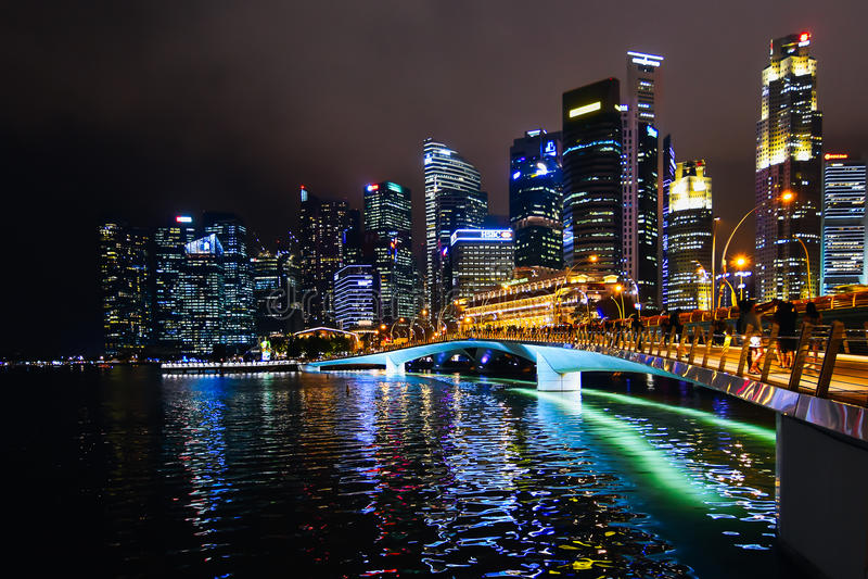 Singapur-Skyline nachts lizenzfreie stockbilder
