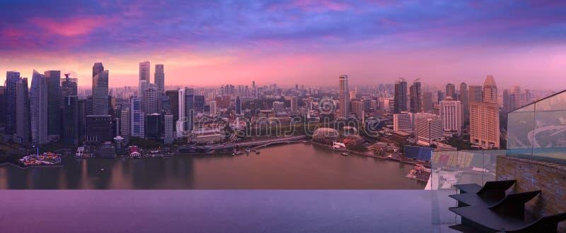 Singapur-Skyline vom Himmelpool, violetter Staub lizenzfreie stockfotos