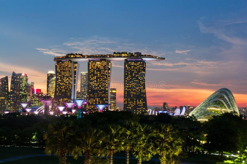 Singapur-Skylinestadtbild auf Jachthafen und Sonnenuntergang setzen in der D?mmerung Zeit fest Gemachtes Foto vom Jachthafendamm stockfotos