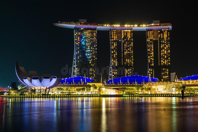 Singapur-Skylinestadtbild um Jachthafenbucht nachts stockfotografie