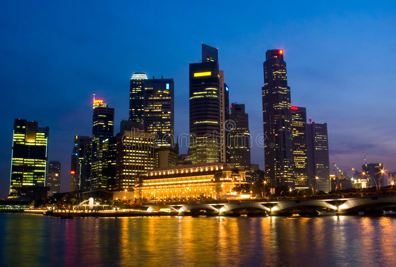 Singapur-Stadt-Abend-Skyline lizenzfreies stockfoto