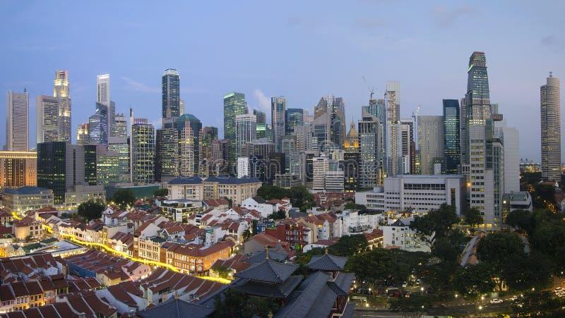 Singapur-Skyline entlang Chinatown-Abend stockfoto