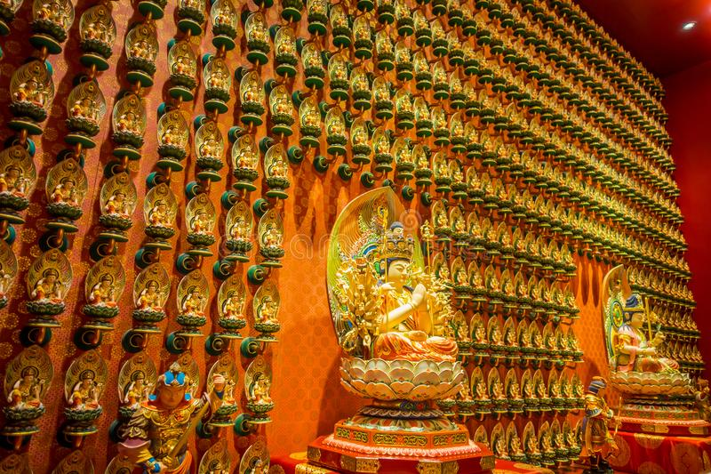 SINGAPUR SINGAPUR, STYCZEŃ, - 30 2018: Buddha statuy obsiadanie dalej lotusDecorated Wśrodku Buddha zębu relikwii świątyni obraz stock