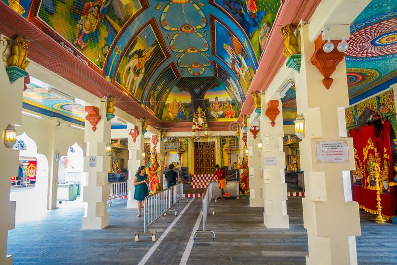 SINGAPUR SINGAPUR, STYCZEŃ, - 30 2018: Niezidentyfikowani ludzie chodzi wśrodku buduje Sri Mariamman Hinduskiej świątyni wewnątrz obrazy stock
