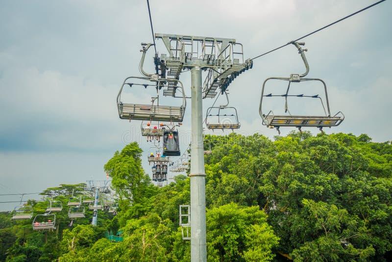 SINGAPUR SINGAPUR, STYCZEŃ, - 30, 2018: Plenerowy widok Singapur Sentosa wagon kolei linowej i linia horyzontu Saneczkarscy, Sing zdjęcie royalty free