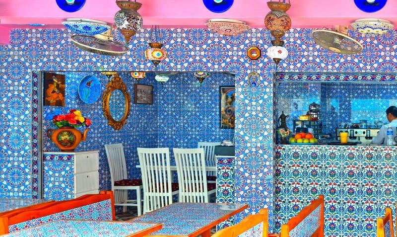SINGAPUR Wśrodku etnicznej restauracji z piękną dekoracyjną ceramiką w Haji pas ruchu Haji pas ruchu jest Kampong Glam zdjęcie stock