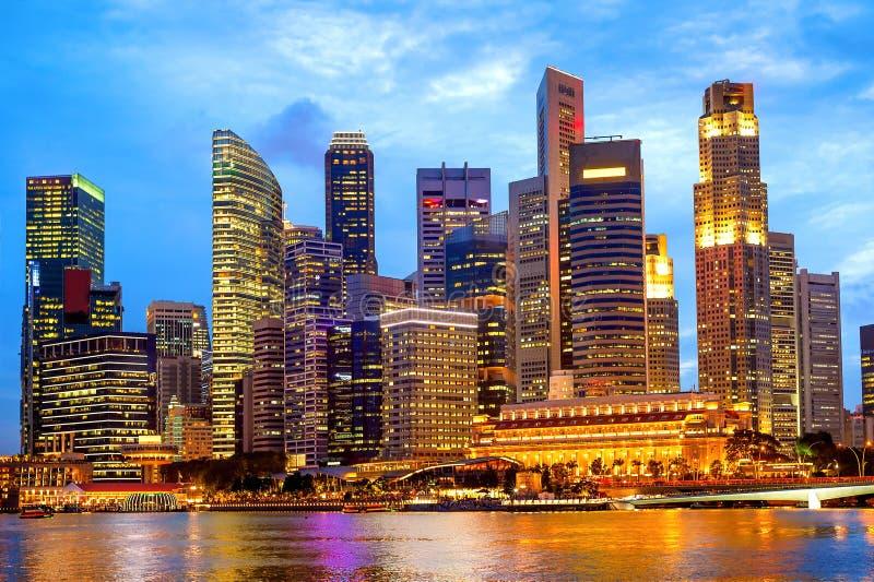 Singapur w centrum sedno iluminująca noc obrazy royalty free