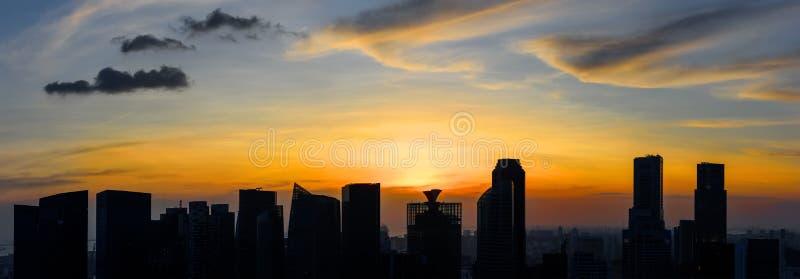 Singapur-Wolkenkratzer bei Sonnenuntergang stockbilder