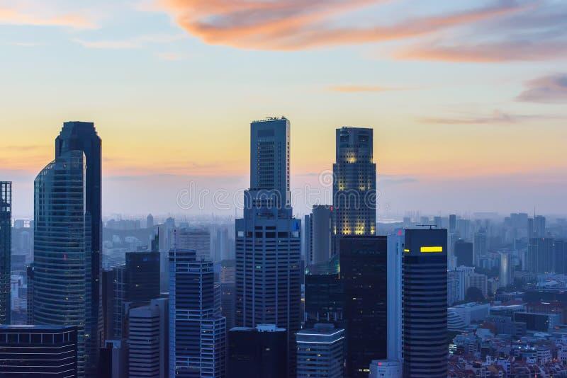 Singapur-Wolkenkratzer bei Sonnenuntergang stockbild