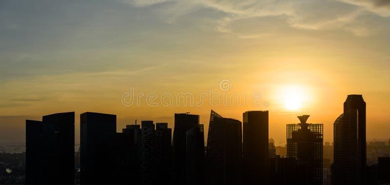 Singapur-Wolkenkratzer bei Sonnenuntergang lizenzfreies stockbild