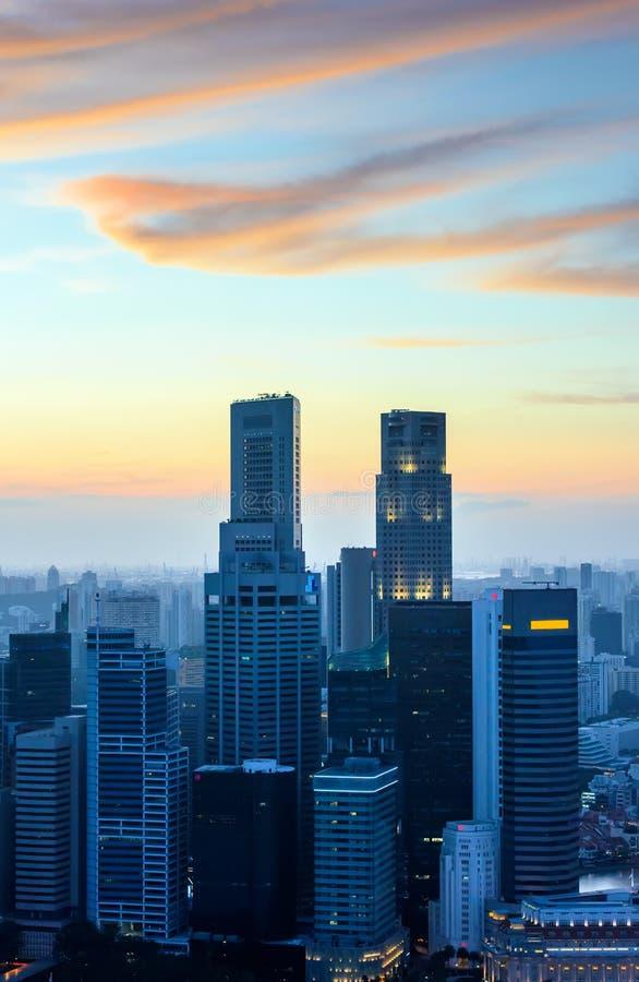 Singapur-Wolkenkratzer bei Sonnenuntergang lizenzfreie stockfotografie