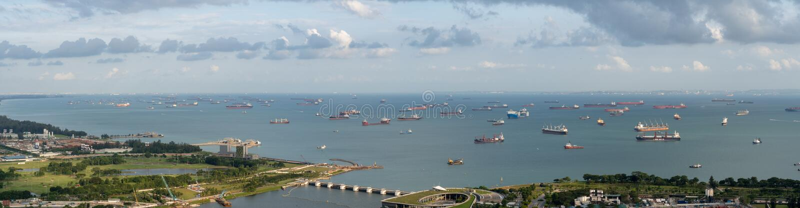 Singapur zakotwienie terenu panorama naprzeciw ogródów zatoką z wiele statkami na zakotwienie obrazy royalty free