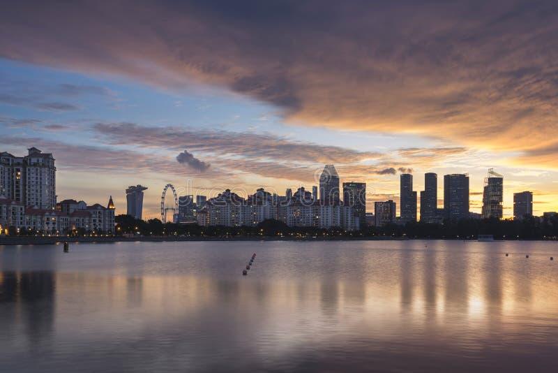Singapura, Singapura - 1º de dezembro de 2017: Skyline e Costa Rhu Condominium de Singapura no tempo do por do sol imagens de stock