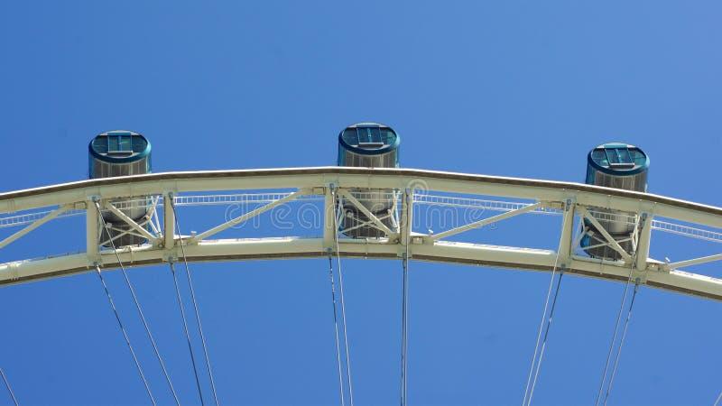 SINGAPURA - 2 de abril de 2015: A parte superior da cabine do ` s do inseto de Singapura com fundo do céu nebuloso É um Ferris gi imagem de stock royalty free