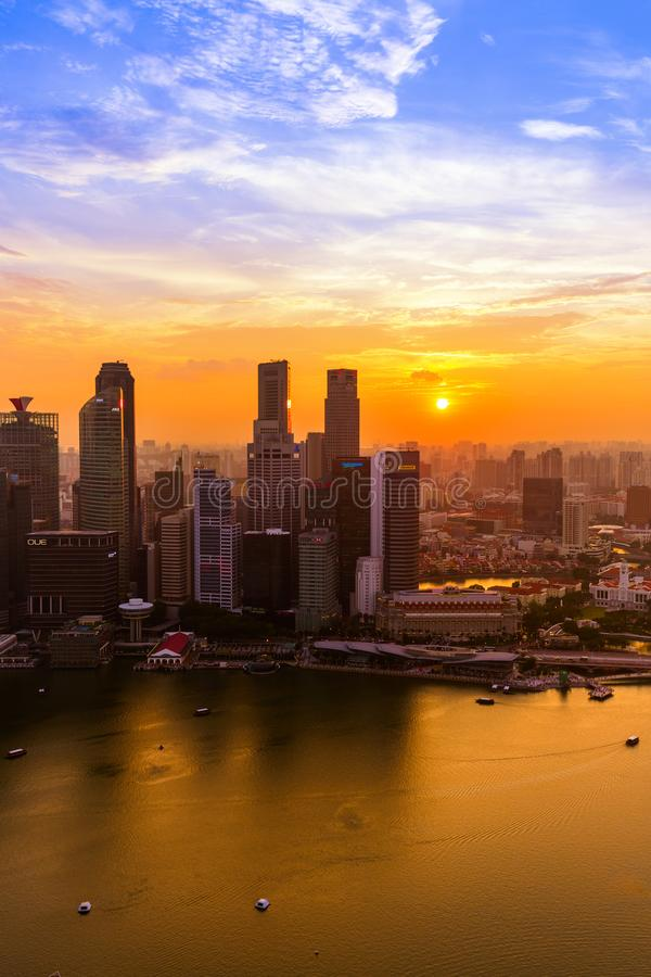SINGAPURA - 14 DE ABRIL: Skyline e Marina Bay da cidade de Singapura em A foto de stock