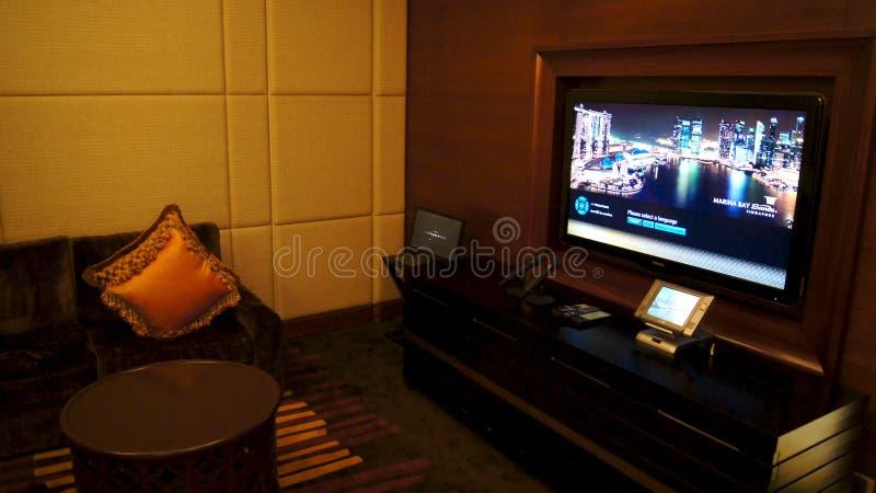 SINGAPURA - 2 de abril de 2015: Teatro da Em-casa na sala de hotel de luxo imagens de stock royalty free