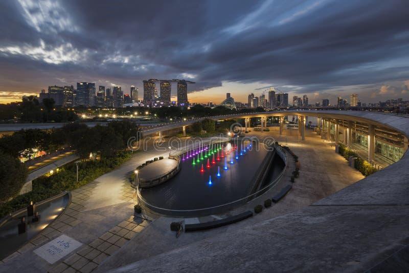 Singapura, Singapura - 2 de dezembro de 2017: Skyline de Marina Barrage e de Singapura no por do sol fotografia de stock