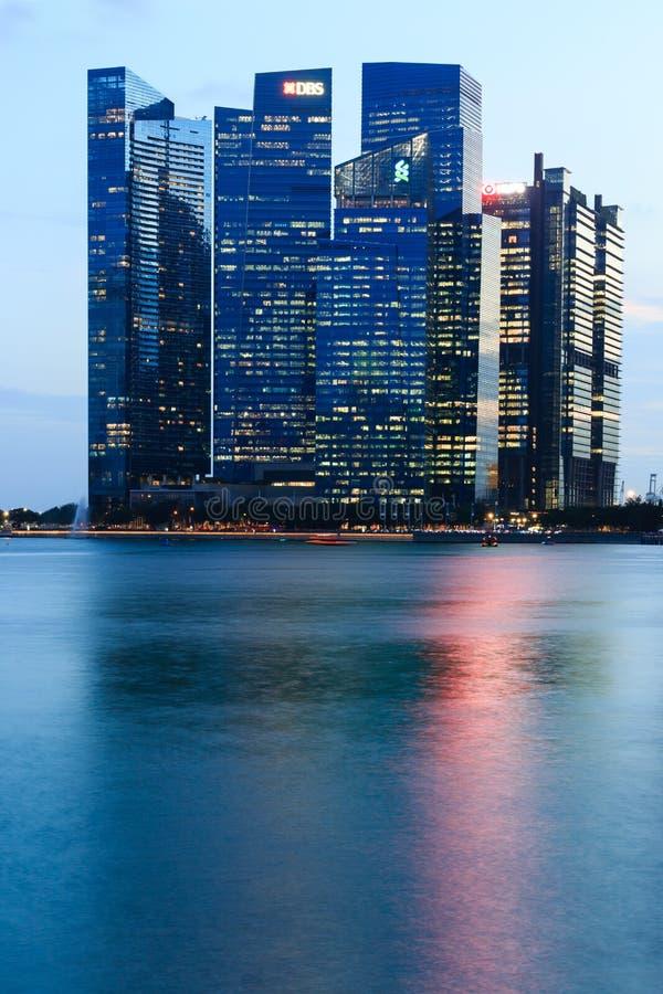 Singapura 22 DE FEVEREIRO DE 2019: Opinião da noite da skyline da construção do cbd da baía do porto de Singapura foto de stock royalty free