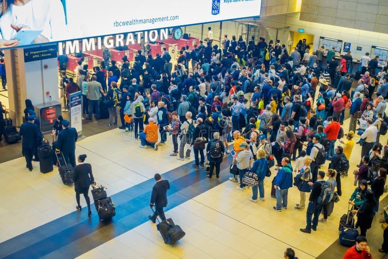 SINGAPURA, SINGAPURA - 30 DE JANEIRO DE 2018: Acima da opinião a multidão de povos que esperam na fila na imigração da chegada de imagem de stock