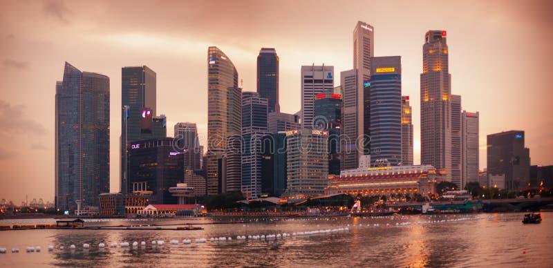 SINGAPURA - 1º DE JANEIRO DE 2014: opinião da skyline da noite dos arranha-céus fotografia de stock royalty free