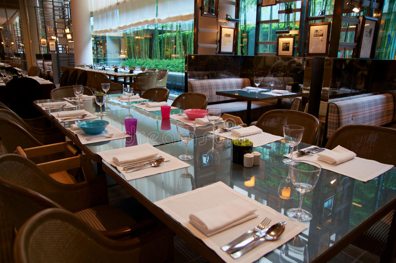 SINGAPURA - 23 de julho de 2016: restaurante luxuoso a colônia em um hotel de cinco estrelas Ritz-Carlton Millenia Marina Bay, gr fotografia de stock royalty free