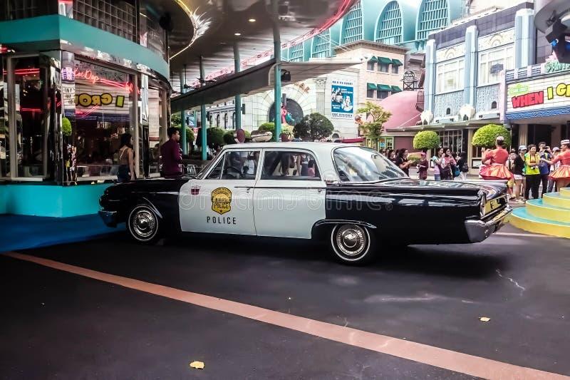 Singapura - 25 de maio de 2019: Carro de polícia velho do vintage com coloração preto e branco estacionado na rua Vista lateral t fotografia de stock