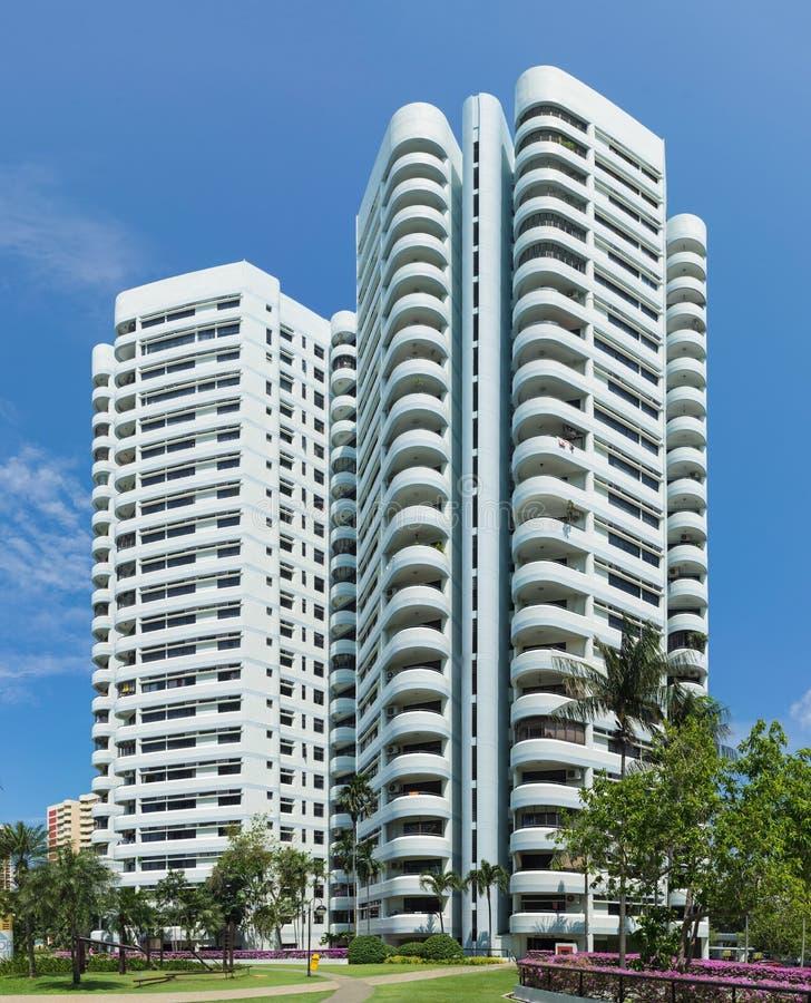 Singapura - 2 de maio de 2016: Prédio de apartamentos moderno em Singapura com céu azul fotografia de stock royalty free
