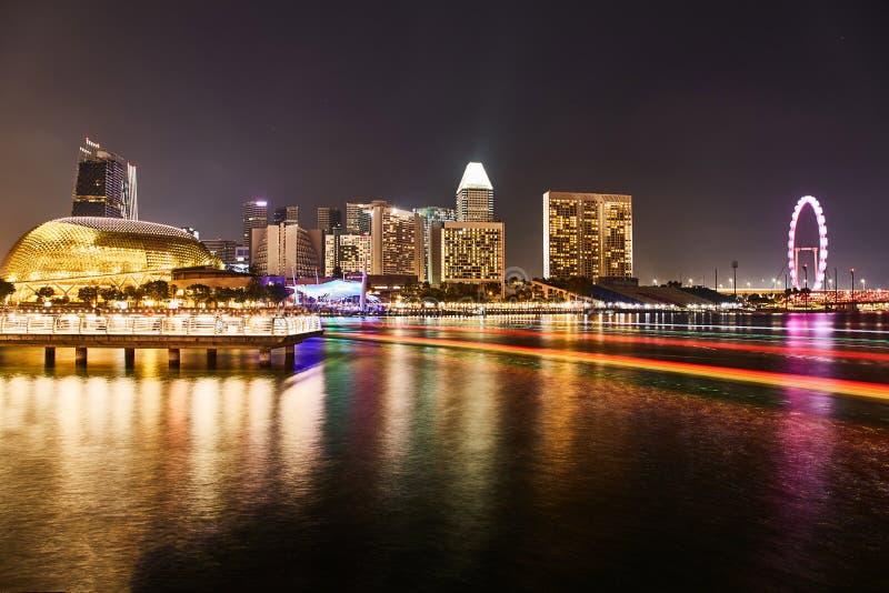 Singapura - 17 DE MARÇO DE 2019: Arranha-céus de Singapura na noite fotografia de stock