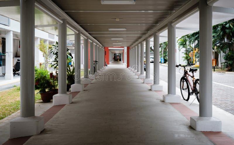 Singapura 2 DE MARÇO DE 2019: Opinião do corredor da maneira da caminhada do abrigo da área de Singapura HDB imagens de stock