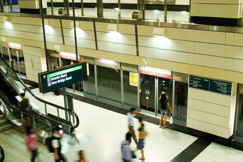 SINGAPURA - 24 DE MARÇO 2008: Vista no estação de caminhos de ferro do céu no porão do foco do aeroporto em portas fotos de stock